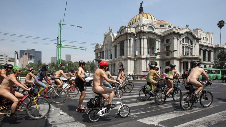 Fahrradfahrer demonstrieren nackt in Mexiko-Stadt für ihre Rechte im Straßenverkehr am 8. Juni 2013.