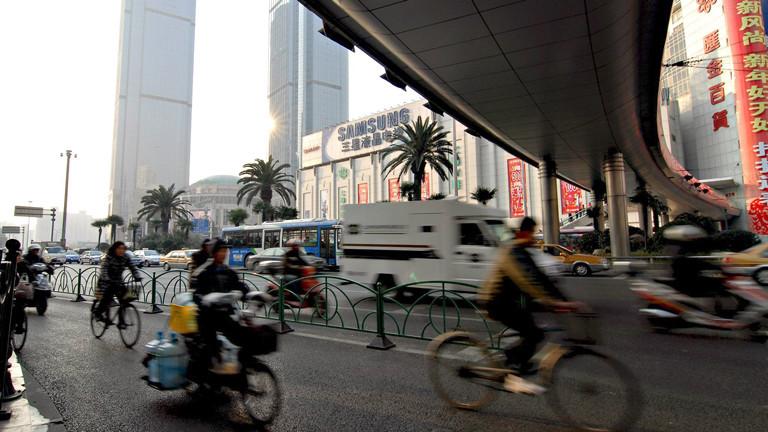 Fahrradfahrer auf einer Straße in Schanghai.