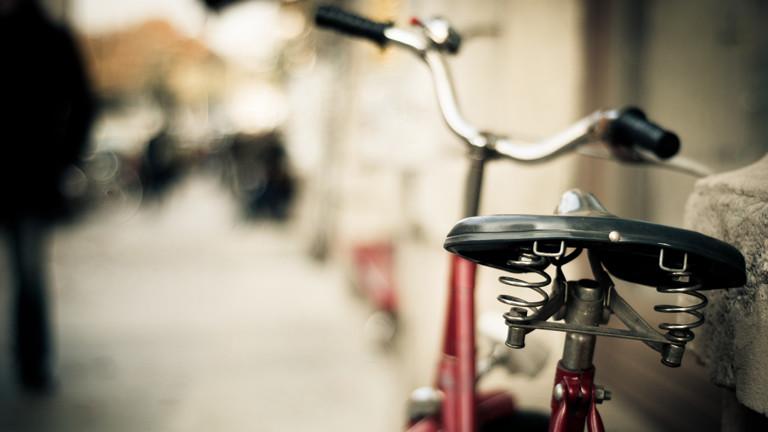 Ein Fahrrad lehnt an einer Mauer.