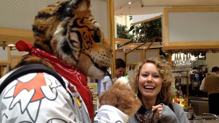 Reporterin Hanna Ender beim Drink mit einem Tiger beim Eurofurence in Berlin.