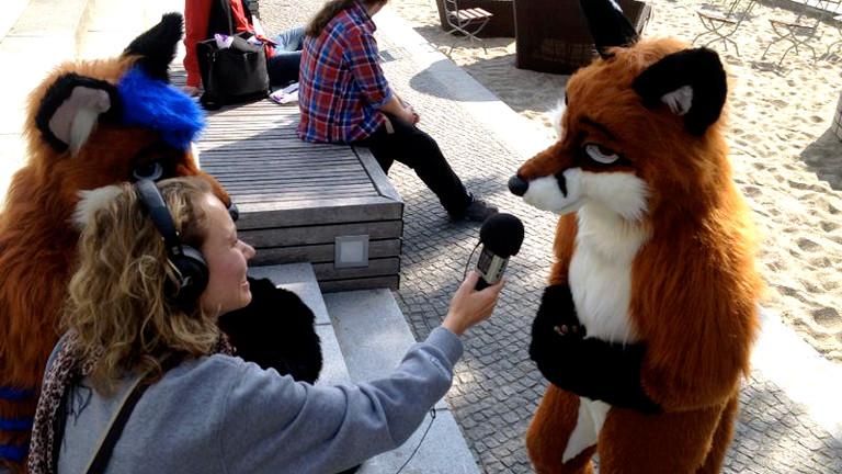Reporterin Hanna Ender interviewt Füchsin Fenja, Sie ist extra aus Dänemark angereist und ist eine der wenigen Mädels unter den Furry-Fans beim Eurofurence in Berlin.
