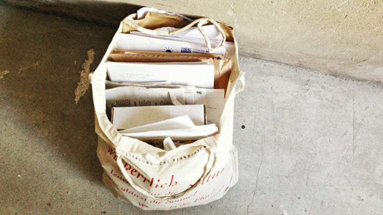 In Beutel voller Briefe und Paketsendungen.
