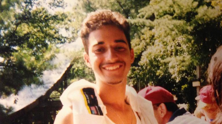 Adnan Sayed ist der Freund des Mordopfers Hae-Min Lee. Sechs Wochen nach dem Fund der Leiche wird er verhaftet. Seitdem sitzt er im Gefängnis, ohne dass seine Schuld wirklich bewiesen werden konnte.