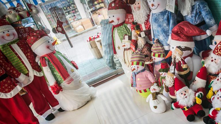 In einem Laden stehen Puppen in Form von Weihnachts- und Schneemänner; Bild: dpa