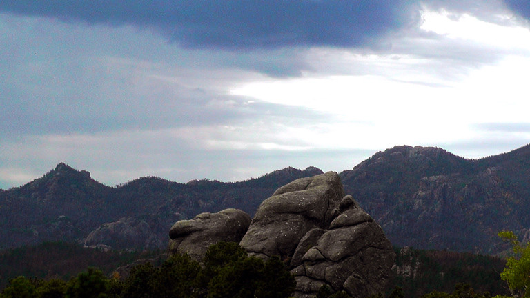 Das Panorama der Black Hills in South Dakota.