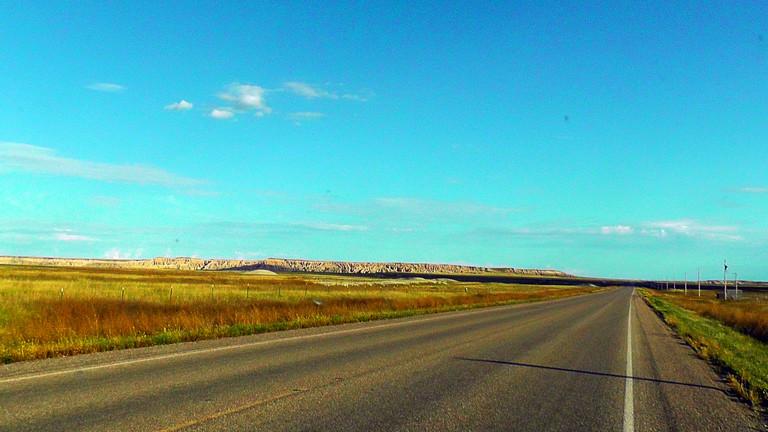 Eine typische Straße durch die Badlands ins South Dakota.