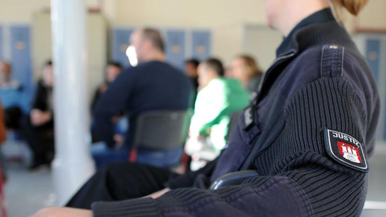 Jugendliche besuchen zur Abschreckung die Justizvollzugsanstalt Fuhlsbüttel.