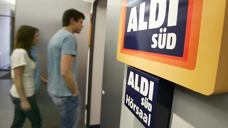 Zwei Studenten gehen in den Aldi-Süd-Hörsaal an der Fachhochschule Würzburg.