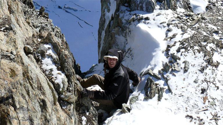 Björn Huwe klettert in gefährliche Gebirgsspalten, um das Kissenmoos einzusammeln.