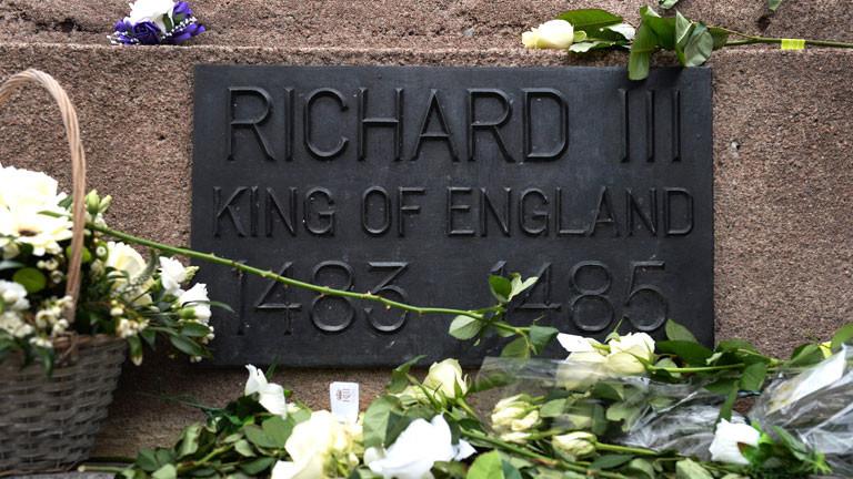 Eine Bronzeplatte unter der Statue von König Richard III. neben der Kathedrale in der englischen Stadt Leicester.