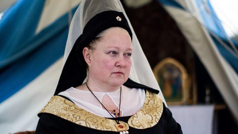 Eine Frau in der Tracht einer mittelalterlichen Edeldame.