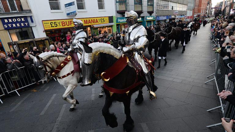 Nicht nur die Reiter tragen Rüstung, auch die Pferde.