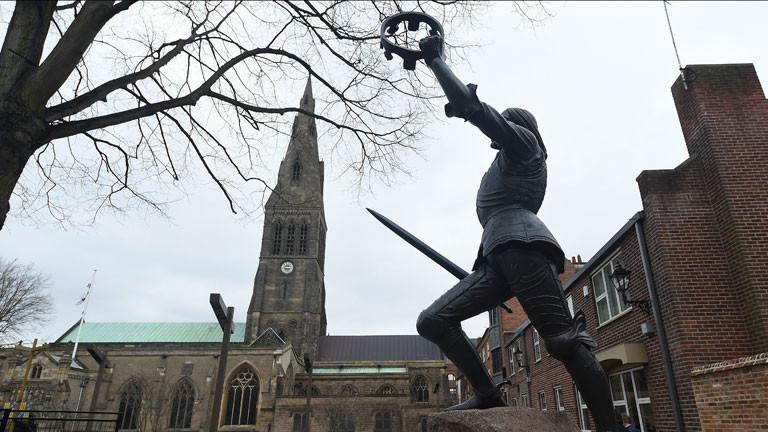 Neben der Kathedrale steht eine Statue von König Ricard III.