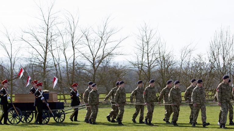 Auf dem Gelände, wo die historische Schlacht von Bosworth stattgefunden hat, beginnt die Prozession.