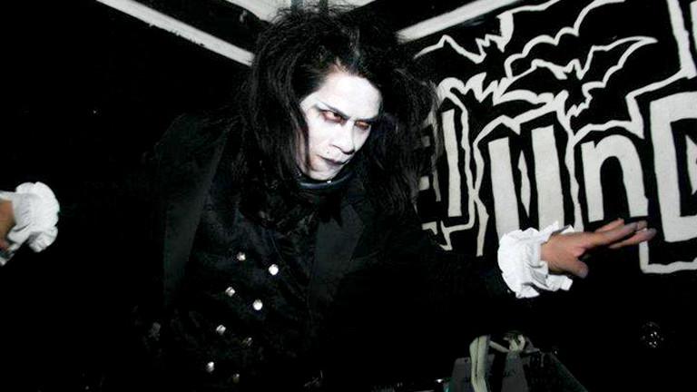 Gothic DJ posiert mit weißem Gesicht