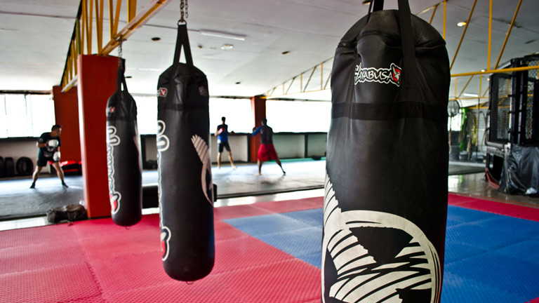 Boxsäcke in Trainingshalle