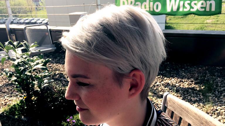 Friseurin Sara Vogt trägt schon lange graue Haare - als 21-Jährige.