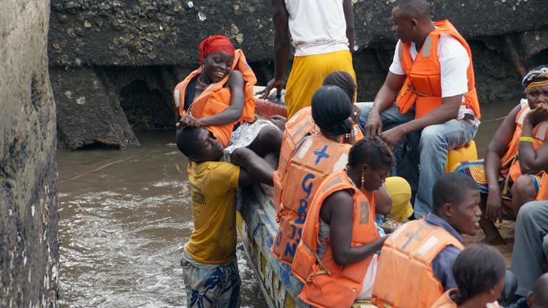 Die Menschen in Freetown benutzen inzwischen wieder gemeinsam Transportmittel wie Sammeltaxis und Fähren.