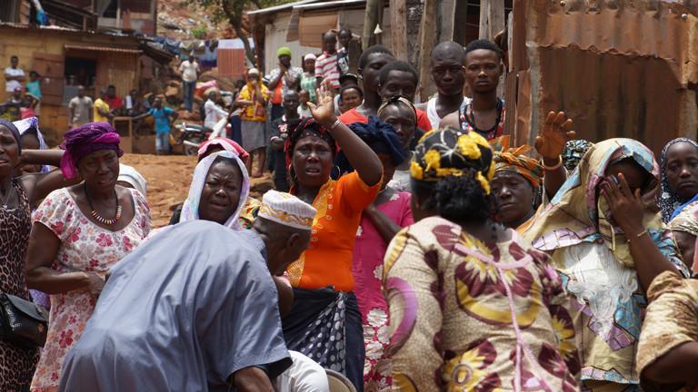 Die Menschen im sierra-leonischen Dorf Kallia trauern um einen Angehörigen, der am Ebolafieber gestorben ist.