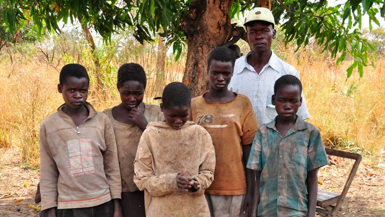 NUR IN ZUSAMMENHANG MIT KOLLEGENGESPRÄCH: Martin Ocan mit seinen fünf Kindern, die alle an dem Kopfnick-Syndrom erkrankt sind. Aufgenommen: Februar 2014, Odek/Kitgum, Uganda.