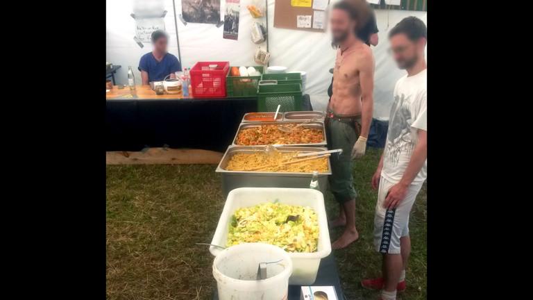 Mittagessensausgabe im G7-Protestcamp