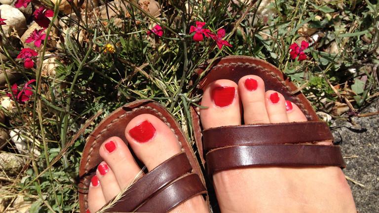 Denas frisch lackierte Fußnägel