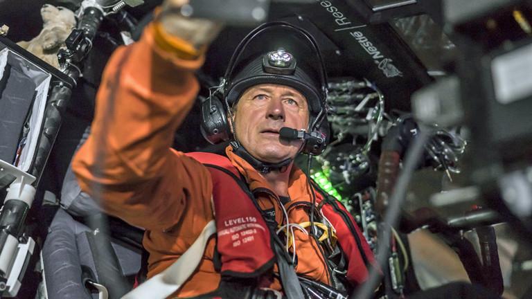 Der Pilot der Solar Impulse 2 sitzt startklar im Cockpit am 29.06.2015.