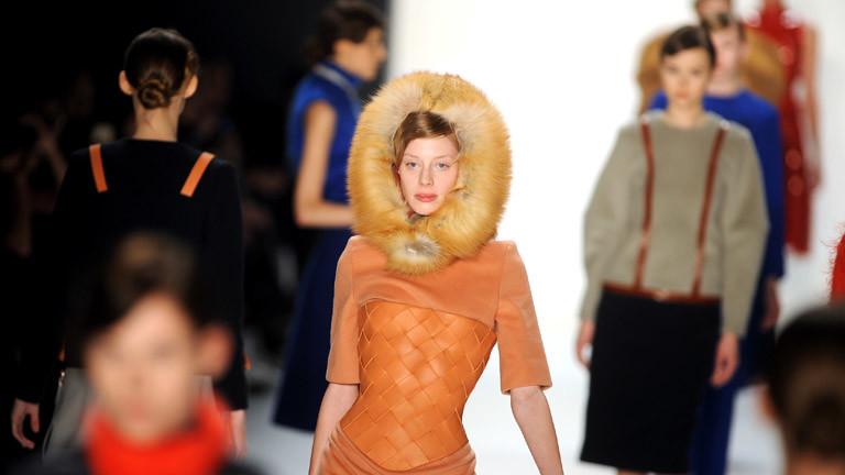 Model mit flauschiger Mütze und Lederkorsett