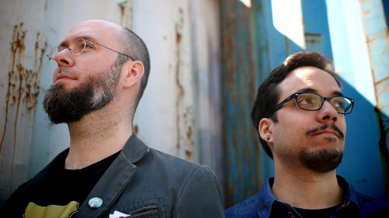 Zwei junge Männer mit Brille: Riad Djemili und Johannes Kristmann