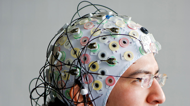 Lehrstuhl für Flugsystemdynamik: Ein junger Mann mit Elektroden einer EEG-Kappe auf dem Kopf