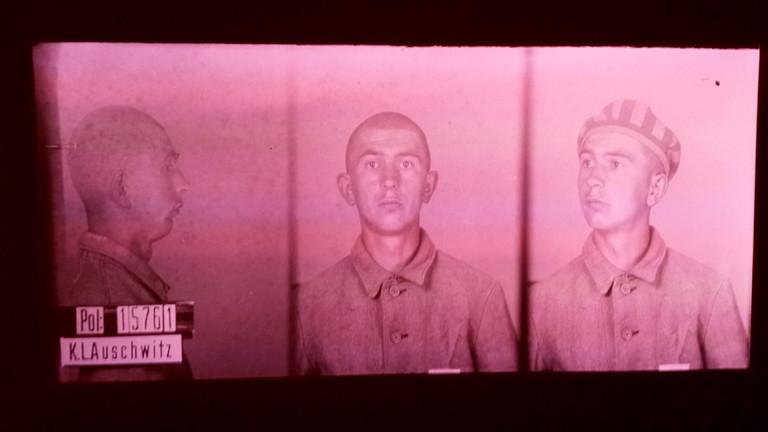 """Bild aus der Ausstellung """"HomosexualitätEN"""" zeigt das Porträt einer NS-Gefangenen."""