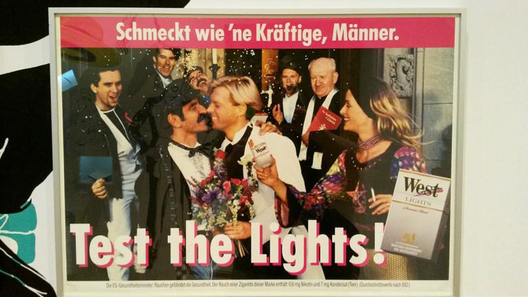 Alte Zigaretten-Werbung mit einem schwulen Pärchen