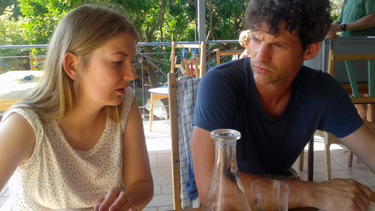 Eine Deutsche und ein Grieche diskutieren über die Vorurteile, die jeweils in ihren Ländern über die andere Nation herrschen.
