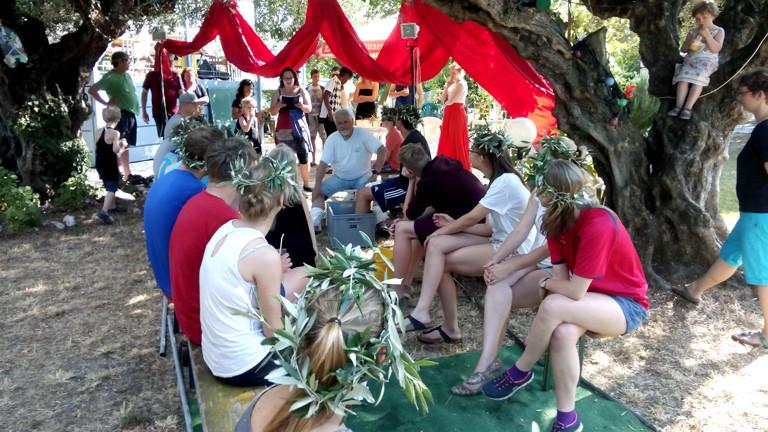 Während ihres Workshops führen die griechischen und deutschen Jugendlichen gemeinsam Theaterstücke auf.
