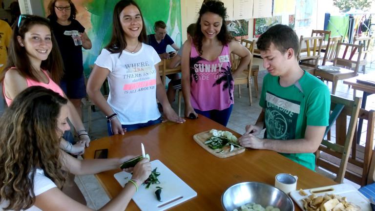 Gemeinsam kochen die griechischen und deutschen Jugendlichen für alle Workshop-Teilnehmer.