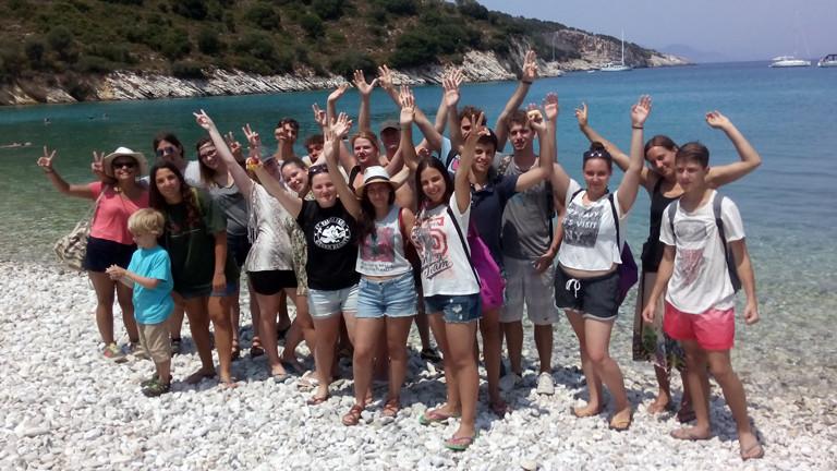 Die griechischen und deutschen Jugendlichen winken zum Abschluss ihres gemeinsamen Workshops in die Kamera.
