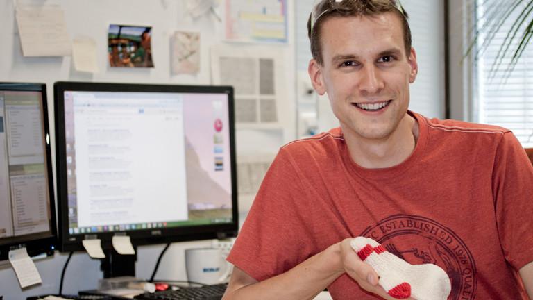 Der Lebensmittelwissenschaftler Philipp Stössel hat aus Schlachtabfällen einen Handschuh gstrickt.