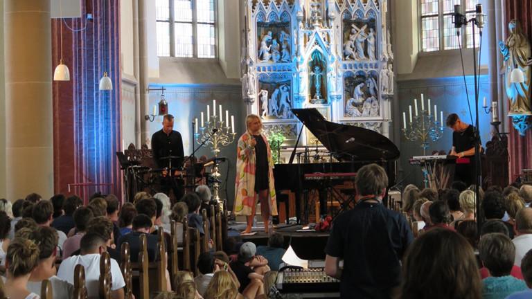 Sängerin Lapsley aus Liverpool verzaubert das Haldern Pop Publikum in der Kirche.