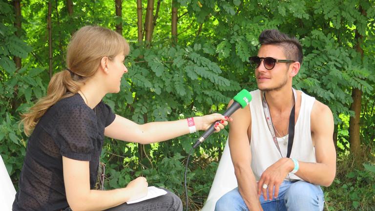 DRadio Wissen Reporterin Raffaela Jungbauer im Interview mit The Slow Show Sänger Rob Goodwin.