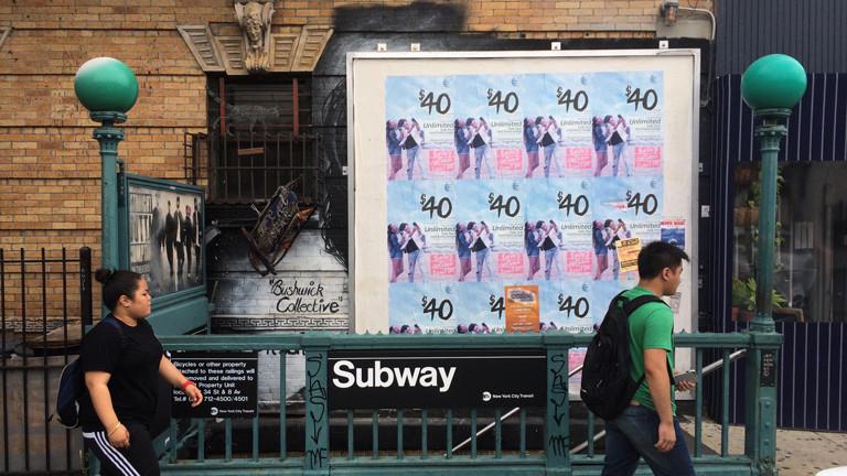 Von dem Mural in Bushwick, Brooklyn, New York, ist kaum noch was zu sehen, weil ein Werbeplakat darüber hängt.