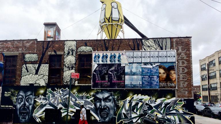 Werbung wird einfach über den Murals in Bushwick, Brooklyn, New York, angebracht.
