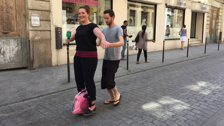 DRadio-Wissen-Reporterin Lena Breuer probiert in Paris das E-Roue von Guillaume Broc aus.