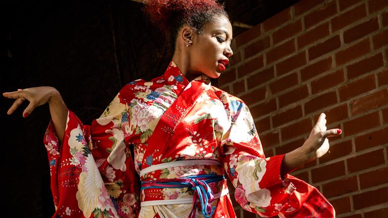 Eine Frau im Kimono in Modelpose