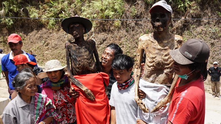 Sobald die Toten wieder frisch sind, stellen sich die Angehörigen mit ihnen zum Fotoshooting auf.