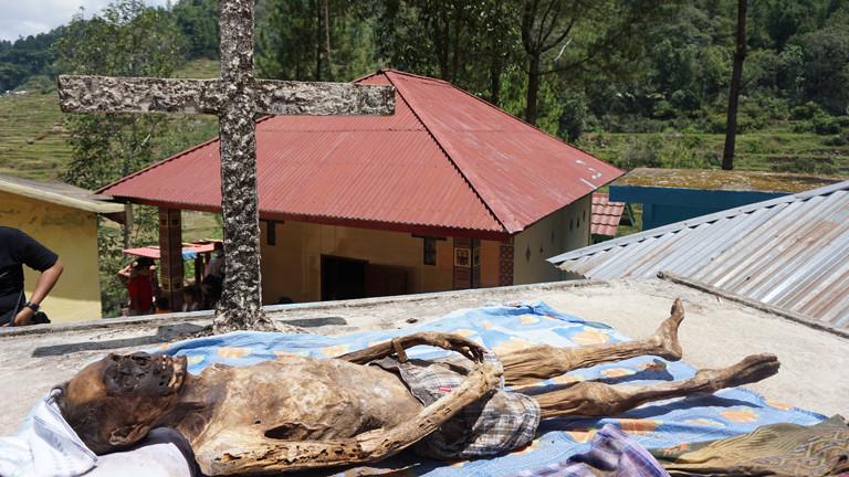 Alle drei Jahre werden in Lokolemo die Toten aus ihren Gräbern geholt, gewaschen und neu eingekleidet.