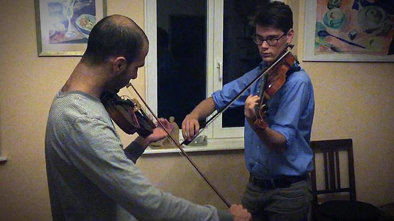 Omar spielt mit Richard Harms Geige.
