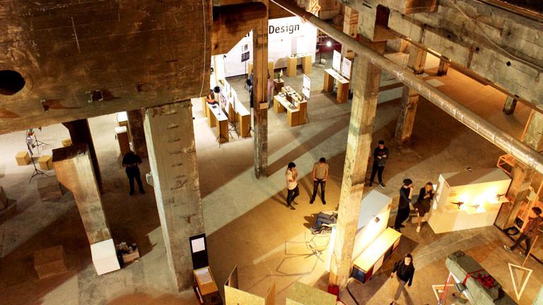 Industriehalle, Besucher einer Designmesse