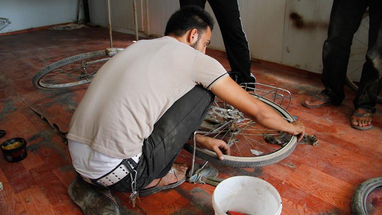 Mohammeds Freund arbeitet bei ihm in der Fahrradwerkstatt mit.