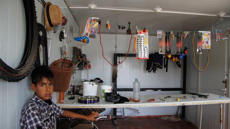 Alles was eine Fahrradwerkstatt braucht: Ersatzteile und Werkzeug.