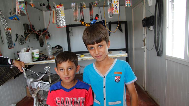 Mohammeds Söhne sind oft bei ihrem Vater in der Fahrradwerkstatt und schauen zu.
